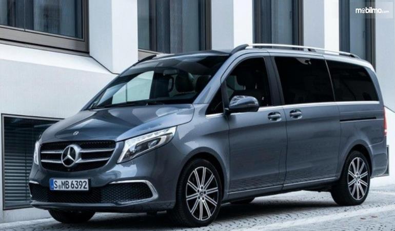 Gambar ini menunjukkan Mobil Mercedes-Benz V-Class tampak depan dan samping kiri