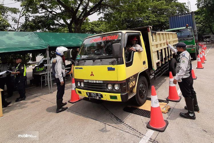 Petugas memeriksa truk di Tol BSD yang terdeteksi ODOL