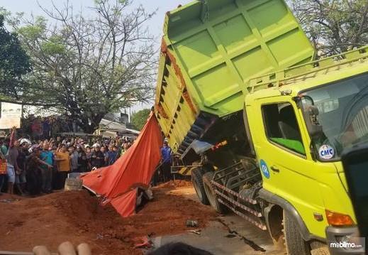 Foto Truk kecelakaan di jalan tol