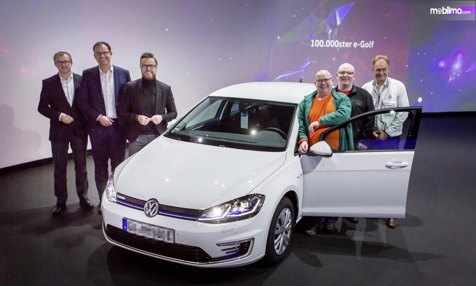 Foto penyerahan unit ke 100.000 VW e-Golf kepada konsumen