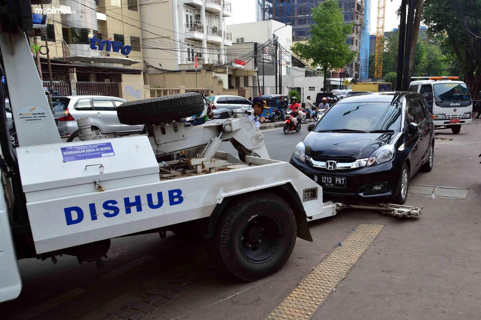 Foto mobil sedang diderek petugas
