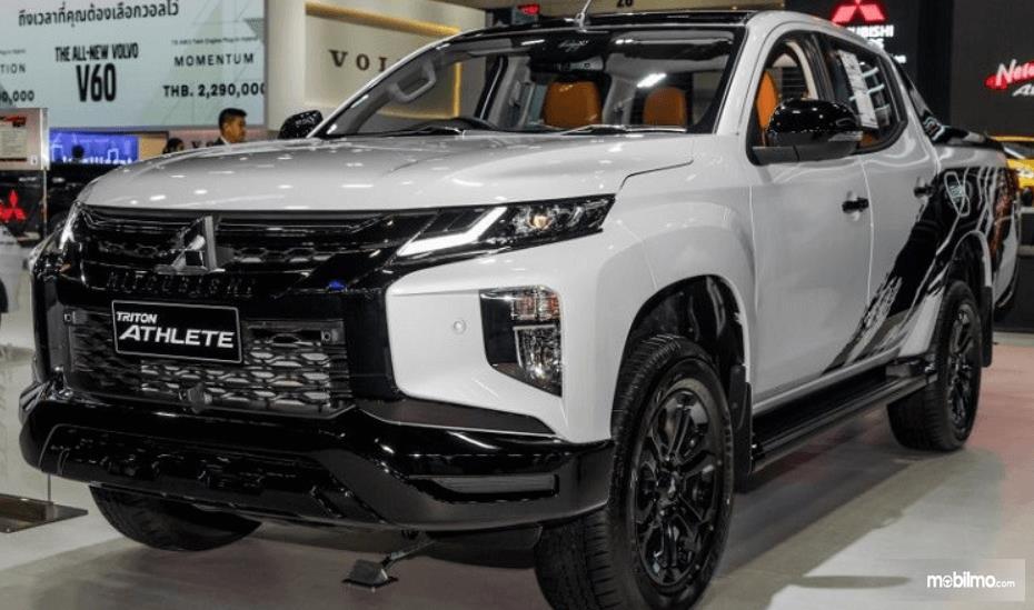 Gambar ini menunjukkan bagian depan mobil Mitsubishi Triton Athlete Terbaru