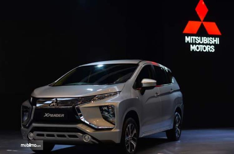 Gambar ini menunjukkan Mobil Mitsubishi Xpander tampak bagian depan