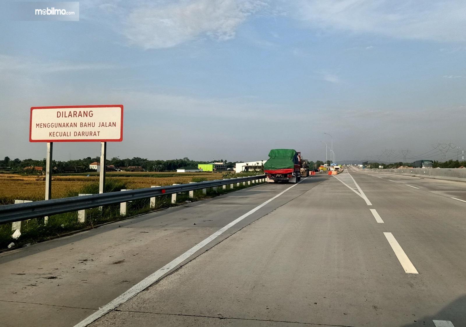 Foto rambu larangan menggunakan bahu jalan Tol Batang-Semarang