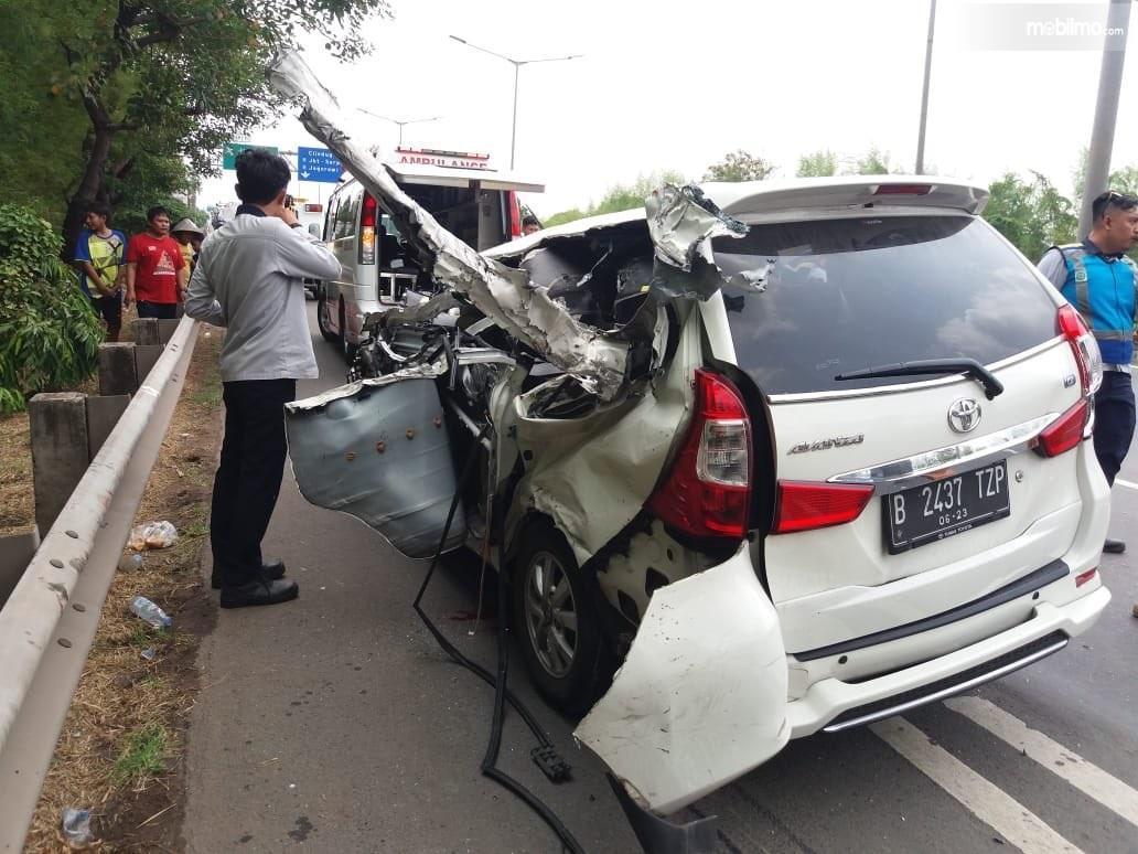Foto Toyota Avanza rusak berat kecelakaan di Tol Meruya