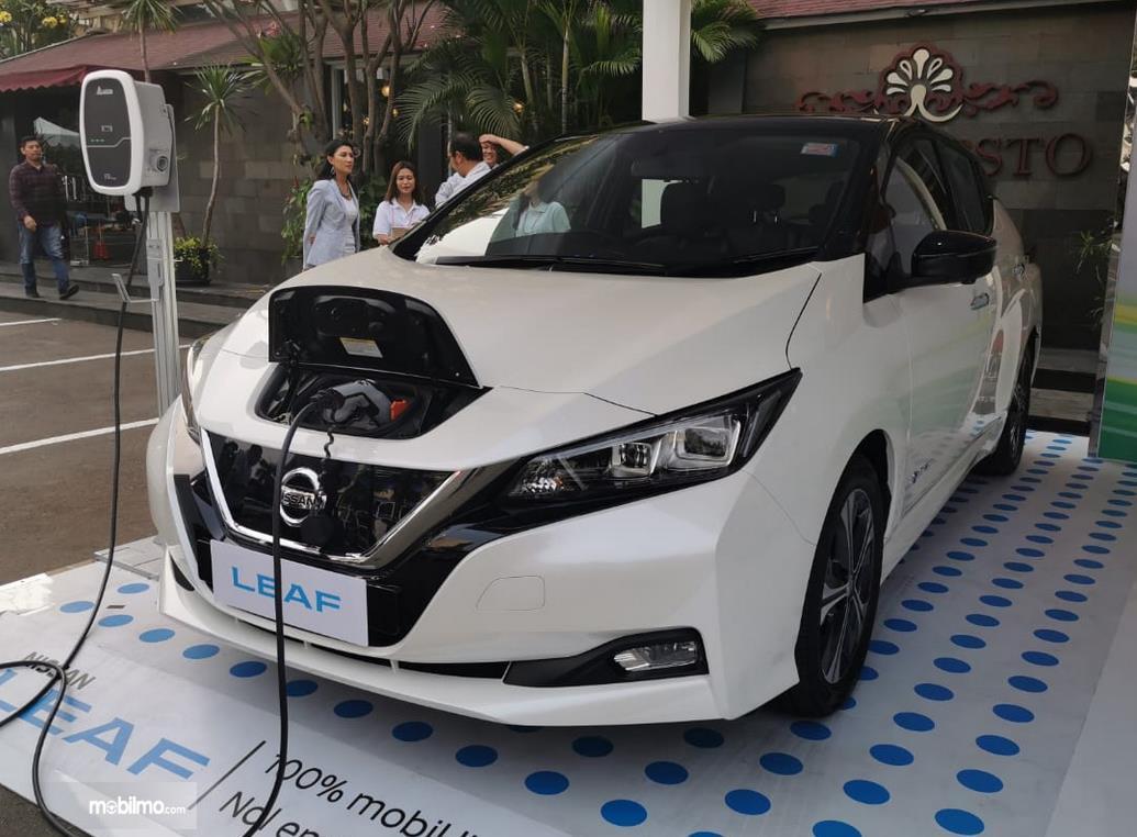 Gambar ini menunjukkan mobil listrik Nissan Leaf sedang dicas