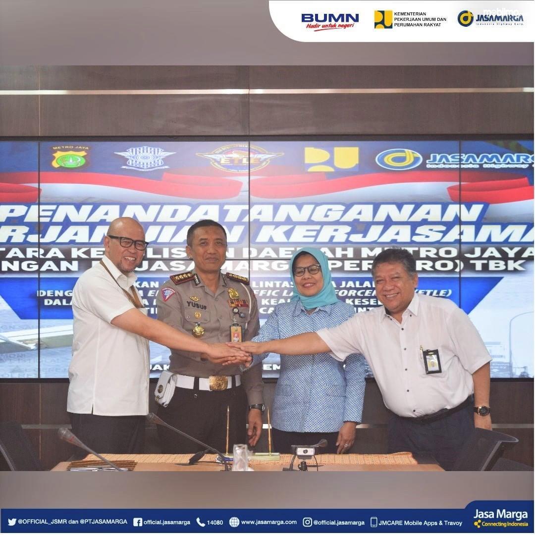 Berpose bersama usai penandatanganan Kerjasama Jasa Marga dan Dirlantas Polda Metro Jaya tentang penerapan tilang elektronik di jalan tol