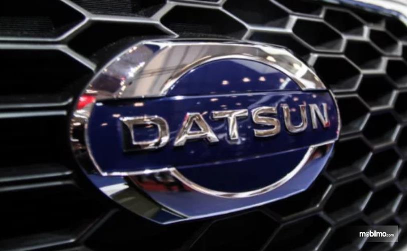 Gambar ini menunjukkan logo mobil Datsun