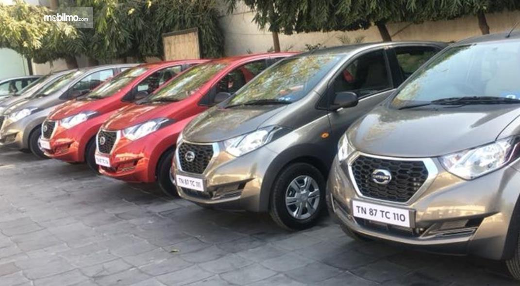Gambar ini menunjukkan beberapa mobil Datsun di India