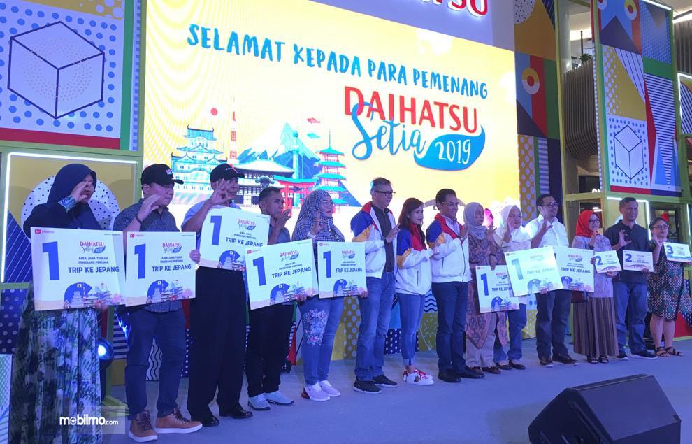 Gambar ini menunjukkan beberapa orang pemenang Daihatsu Ceria program dari Daihatsu