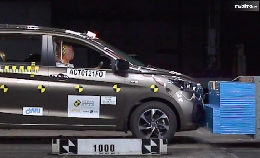 Gambar ini menunjukkanproses uji tabrak ASEAN NCAP All New Ertiga