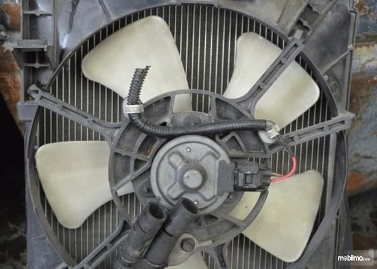 Gambar ini menunjukkan kipas radiator yang mengalami kerusakan