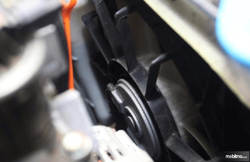 Gambar ini menunjukkan kipas radiator pada mobil untuk mendinginkan suhu mesin