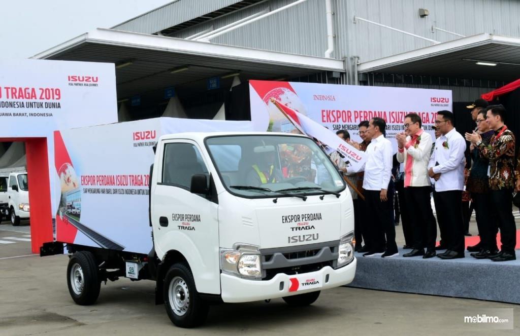 Foto Presiden Jokowi melepas unit Isuzu Traga dalam acara ekspor perdana