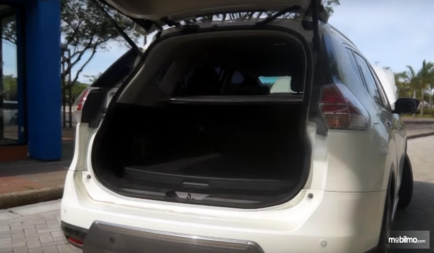 Gambar ini menunjukkan bagasi mobil Nissan X-Trail Hybrid 2015