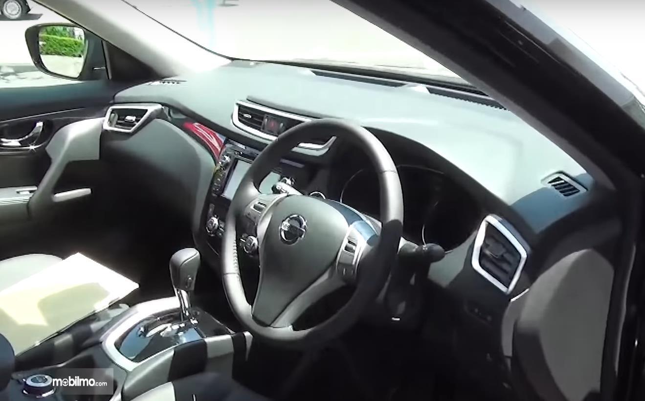 Gambar ini menunjukkan dashboard mobil Nissan X-Trail Hybrid 2015
