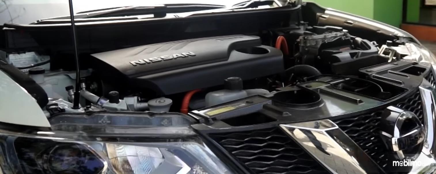 Gambar ini menunjukkan mesin Nissan X-Trail Hybrid 2015