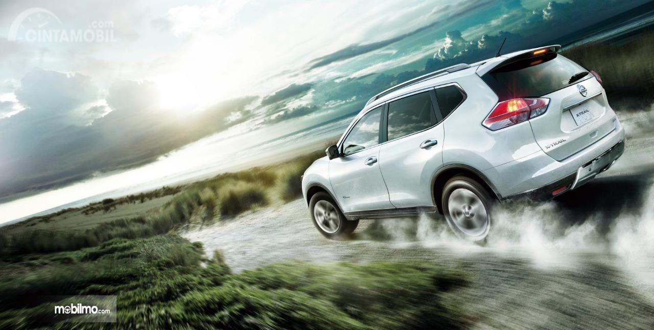 Gambar ini menunjukkan sisi belakang Nissan X-Trail Hybrid 2015