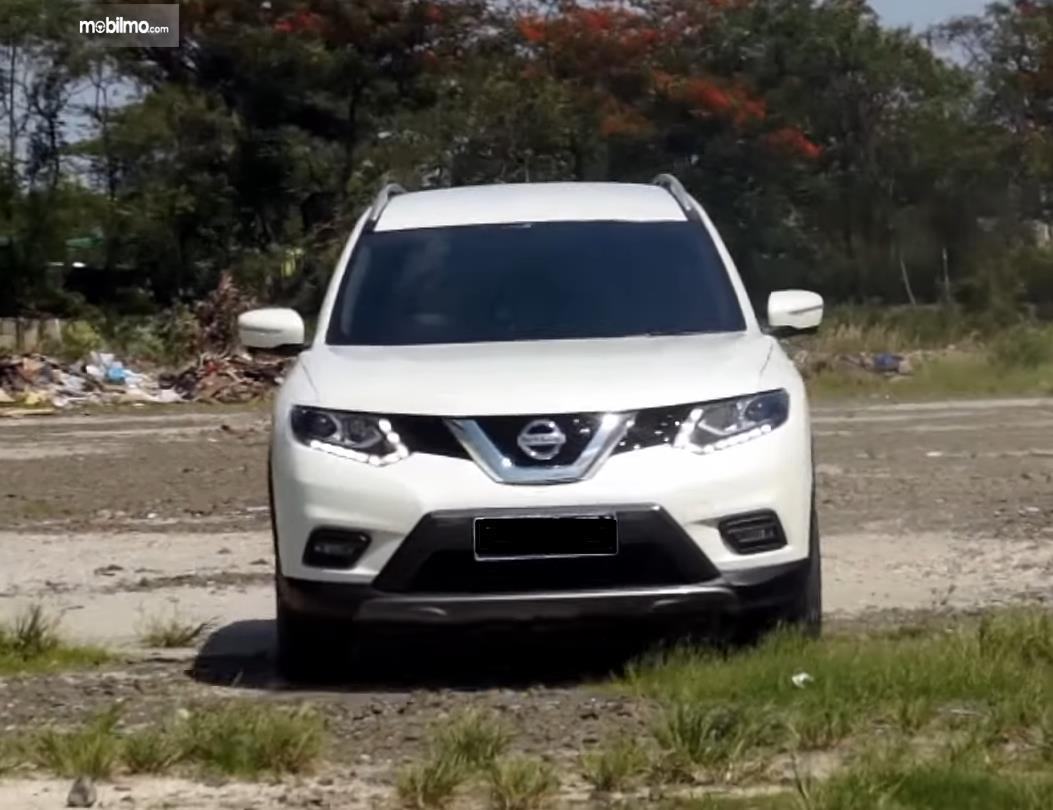 Gambar ini menunjukkan bagian depan mobil Nissan X-Trail Hybrid 2015