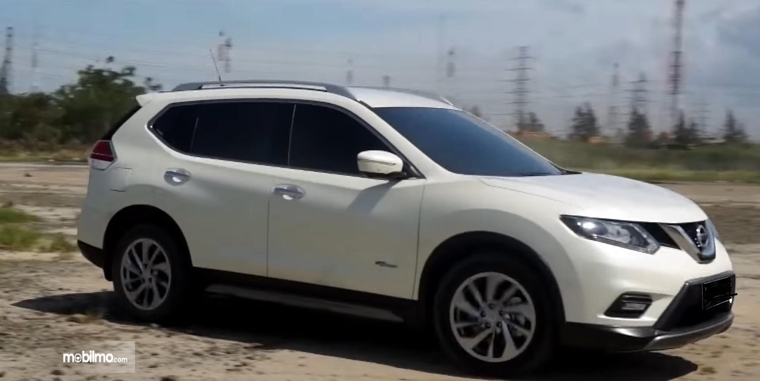 Gambar ini menunjukkan bagian samping Nissan X-Trail Hybrid 2015