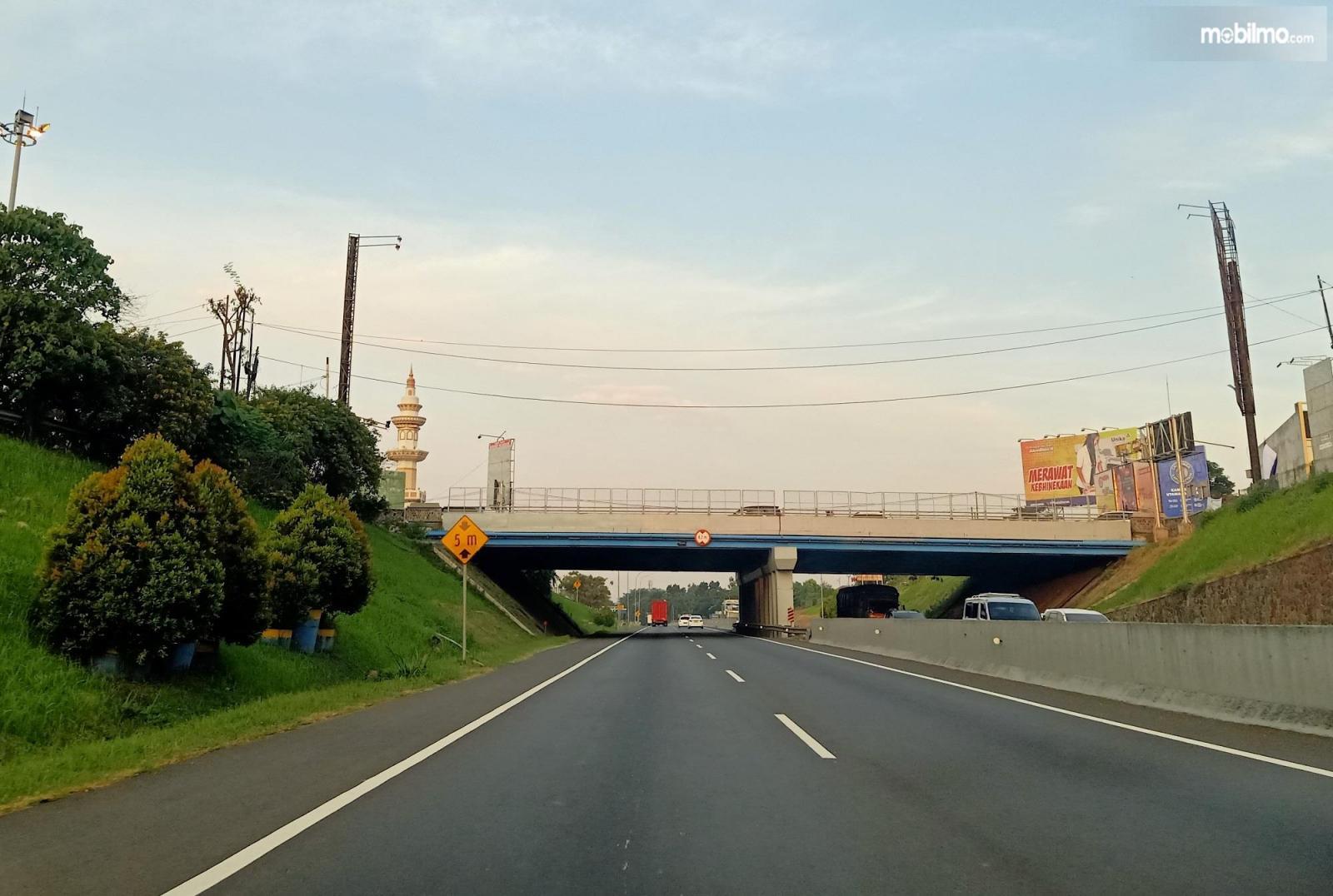 Foto menunjukkan underpass Jatingaleh-Semarang, Jalan Tol Trans Jawa