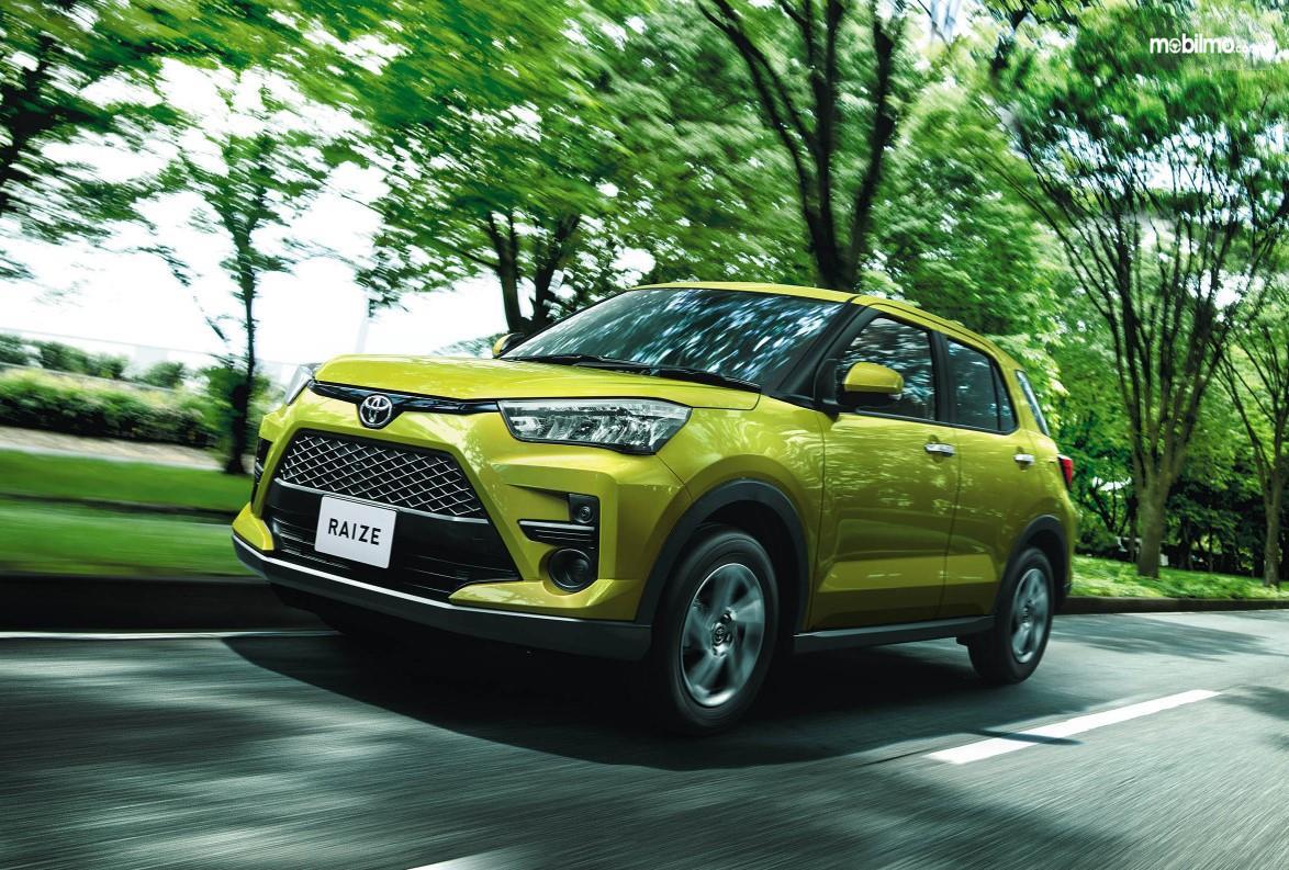 Foto menunjukkan Toyota Raize tampak dari samping depan