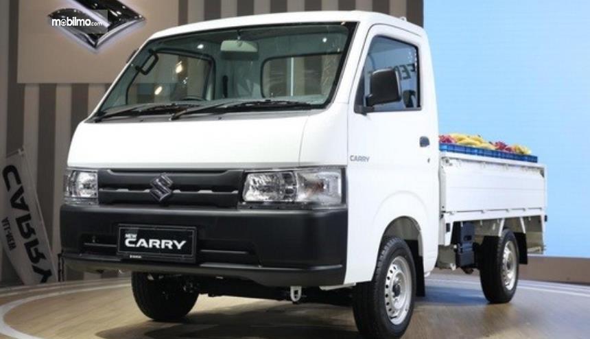 gambar ini menunjukkan mobil Suzuki Carry putih