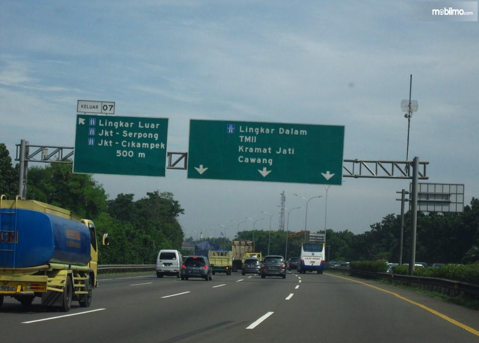 Foto menunjukkan situasi lalu lintas di Jalan Tol Jagorawi