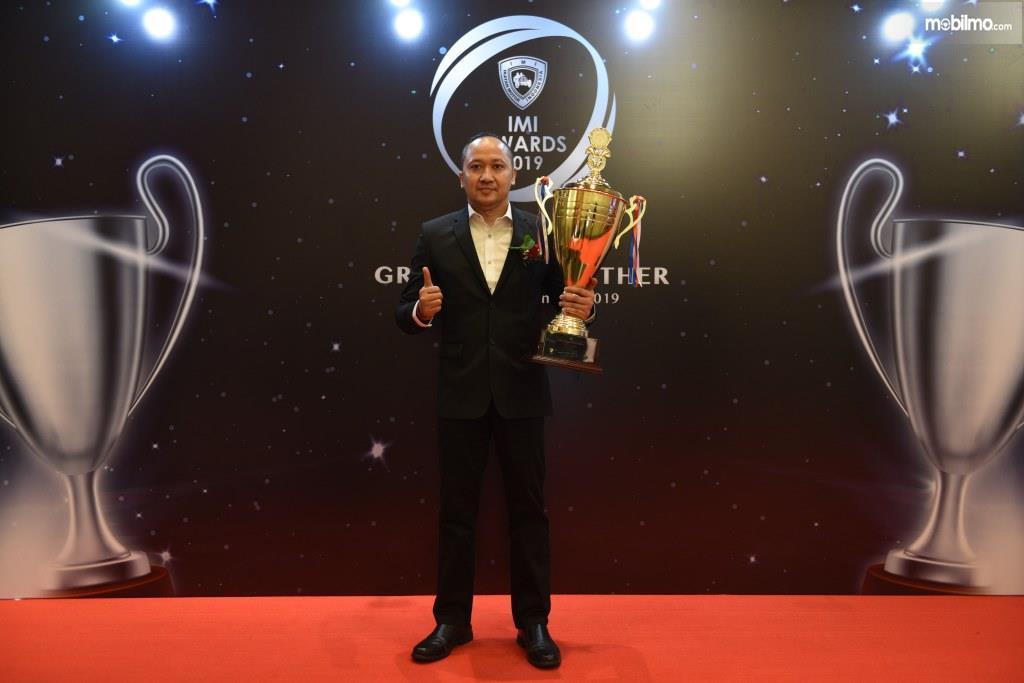 Foto Alvin Bahar saat menerima penghargaan dari IMI