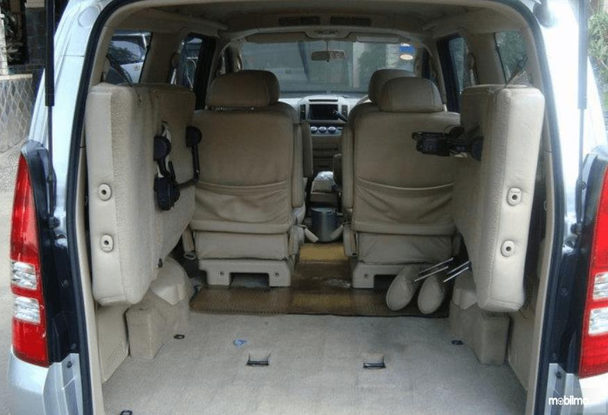 Gambar ini menunjukkan bagasi mobil yang dimiliki Nissan Serena 2012