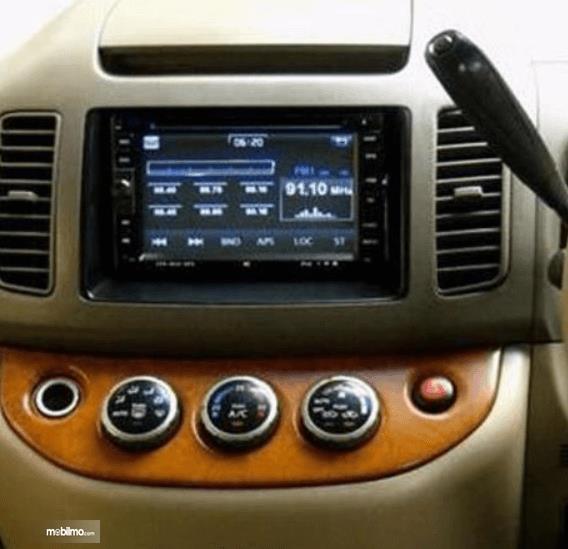 Gambar ini menunjukkan headunit pada mobil Nissan Serena 2012