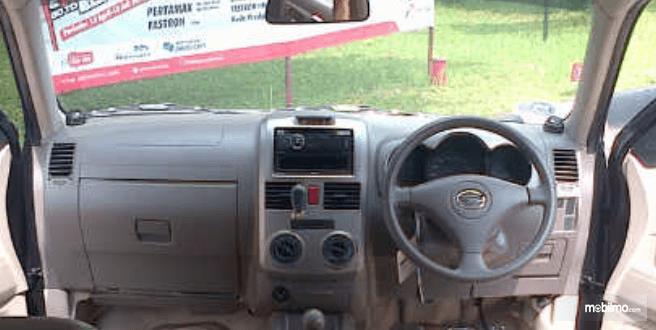Gambar ini menunjukkan dashboard dan kemudi mobil Daihatsu Terios TX 2006