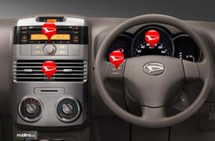 Gambar ini menunjukkan head unit dan kemudi mobil Daihatsu Terios TX 2006