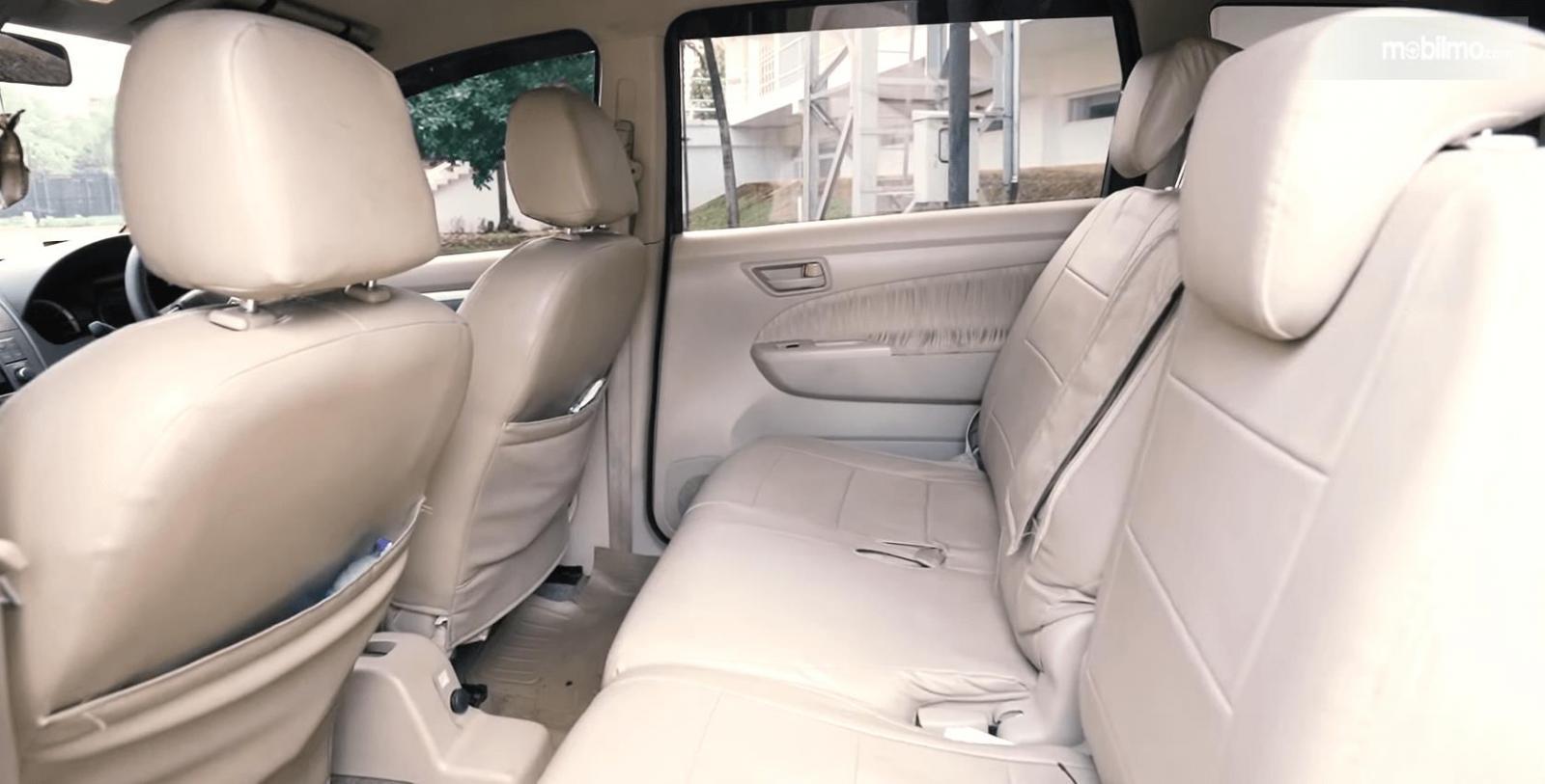 Gambar ini menunjukkan jok mobil baris kedua pada mobil Suzuki Ertiga GL AT 2016