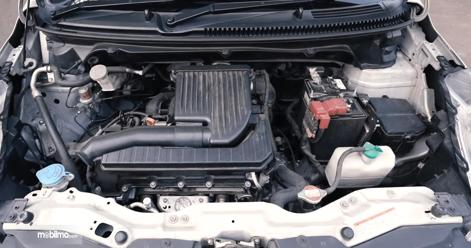 Gambar ini menunjukkan beberapa komponen pada mesin mobil Suzuki Ertiga GL AT 2016