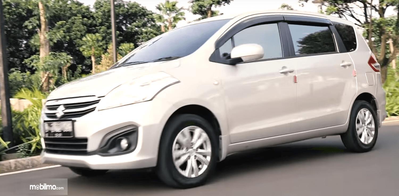 Gambar ini menunjukkan bagian samping mobil Suzuki Ertiga GL AT 2016