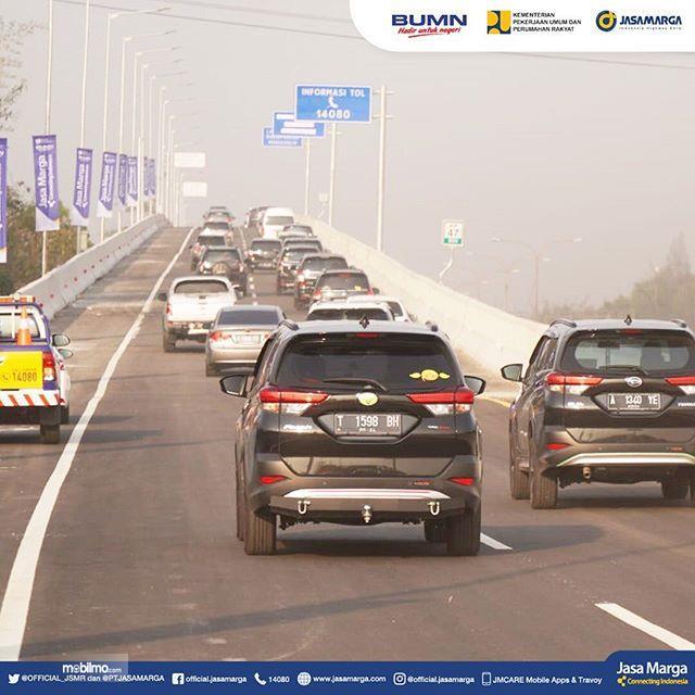 Foto mobil-mobil mulai melintas di Jalan Tol Jakarta Cikampek II elevated