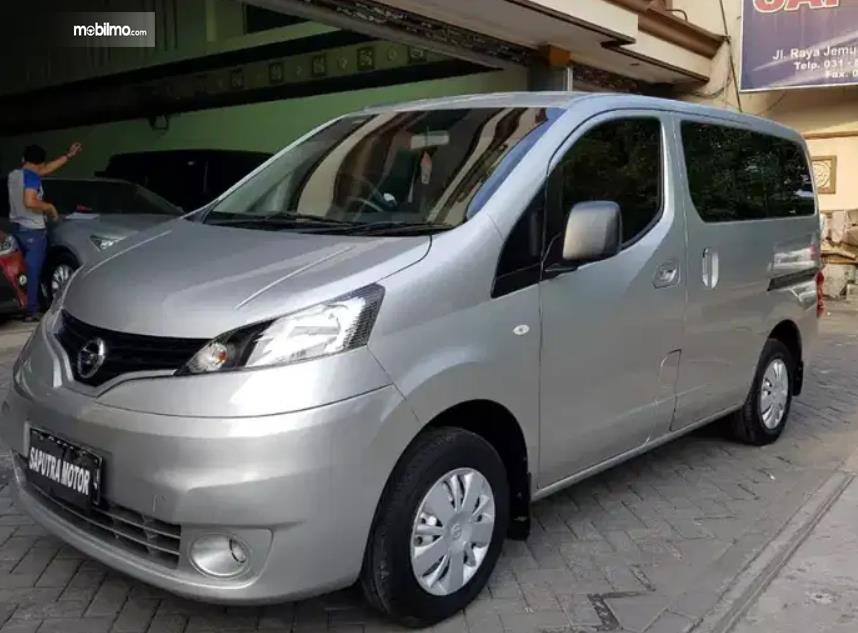 Gambar ini menunjukkan mobil Nissan Evalia tampak samping dan depan