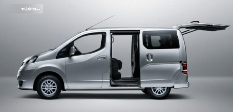 Gambar ini menunjukkan Nissan Evalia tampak samping dengan pintu geser dan pintu belakang terbuka