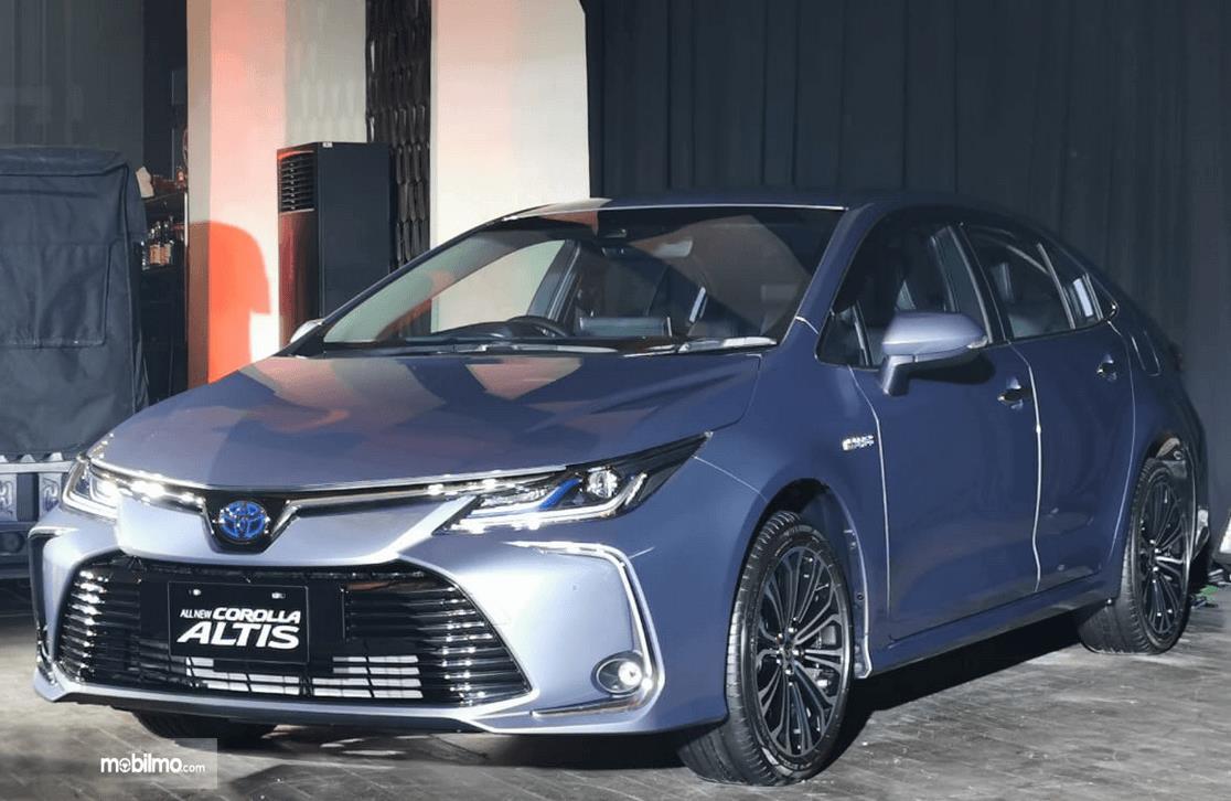 Gambar ini menunjukkan mobil Toyota Corolla Altis tampak bagian depan