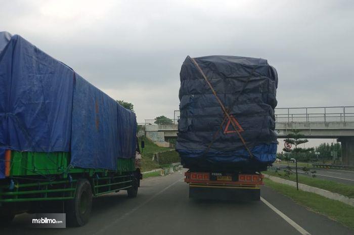 Foto truk ODOL melaju di jalan tol