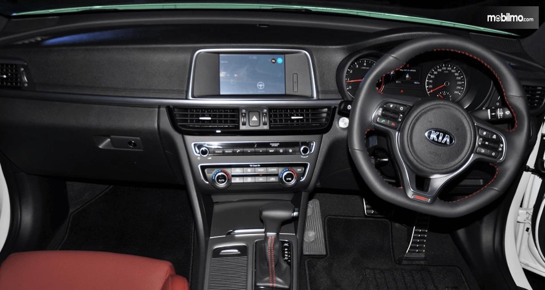 Gambar ini menunjukkan bagian dashboard dan kemudi mobil KIA Optima 2017