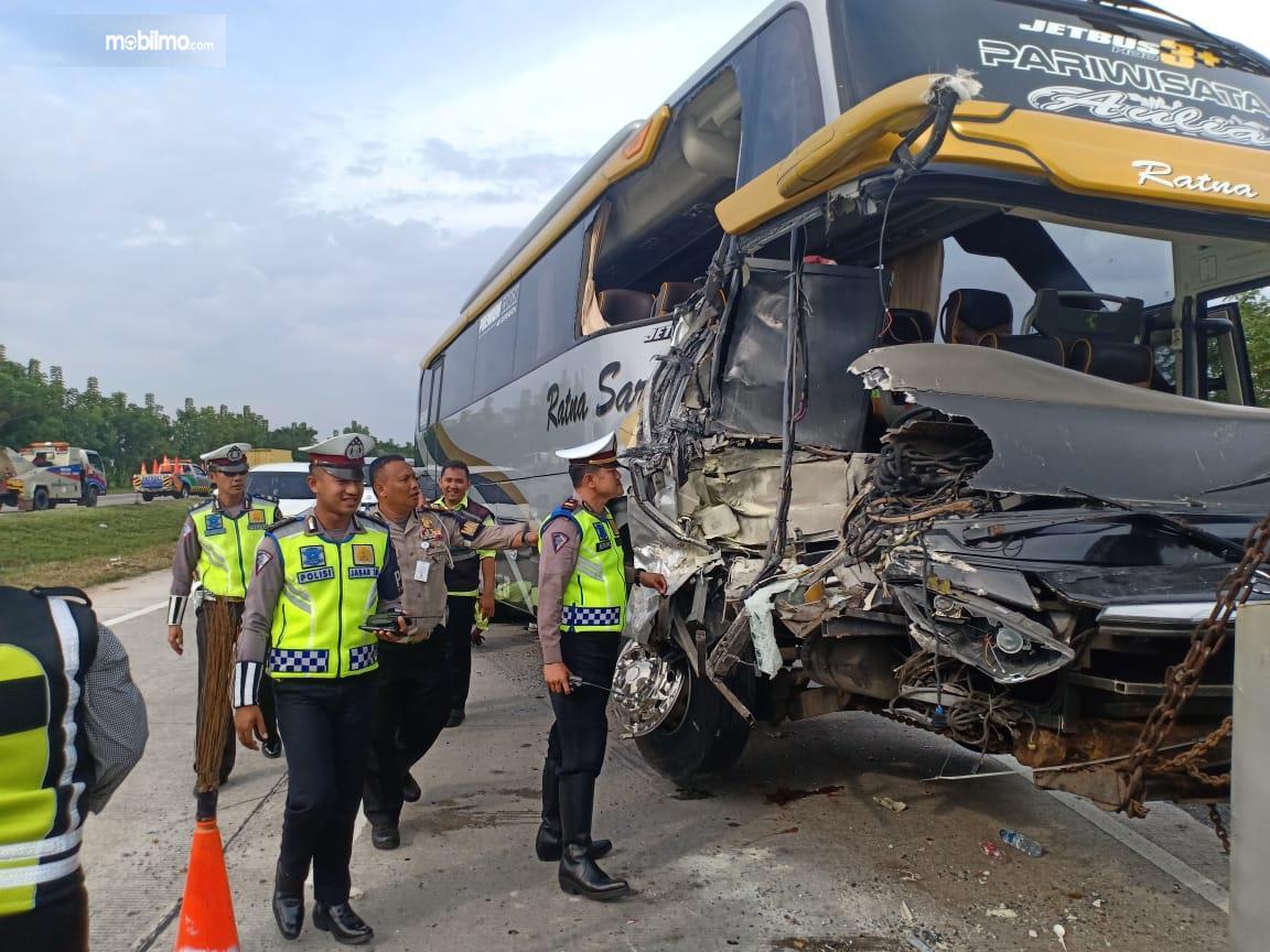 Foto bus menabrak truk tangki penyiram tanaman karena sopir mengantuk