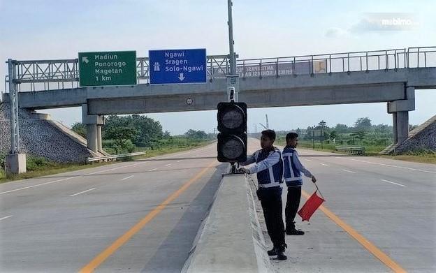 Foto menunjukkan petugas sedang mempersiapkan perangkat singing road