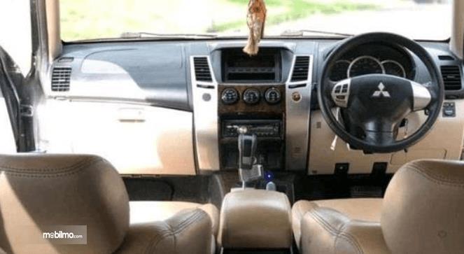 Gambar ini menunjukkan dashboard mobil Mitsubishi Pajero Sport 2009