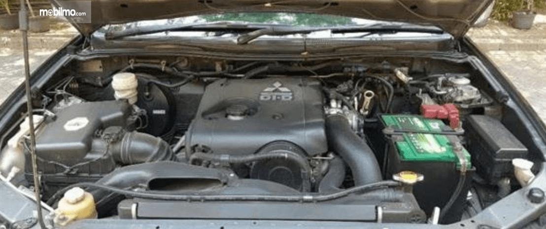 Gambar ini menunjukkan mesin mobil Mitsubishi Pajero Sport 2009