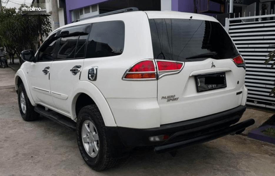 Gambar ini menunjukkan sisi belakang Mitsubishi Pajero Sport 2009