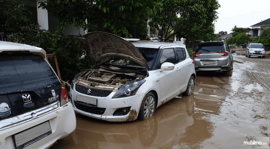 Gambar ini menunjukkan kondisi mobil setelah terendam banjir