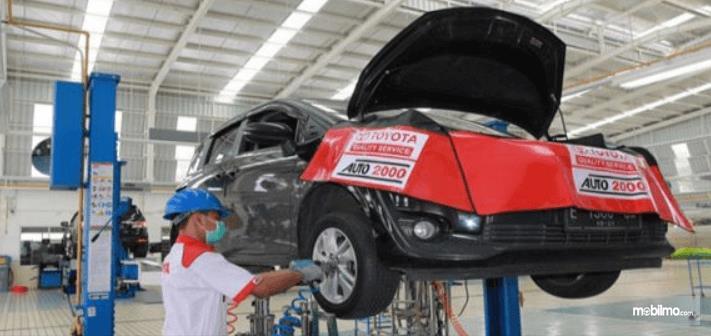 Gambnar ini menunjukkan sebuah mobil sedang di servis di Auto2000