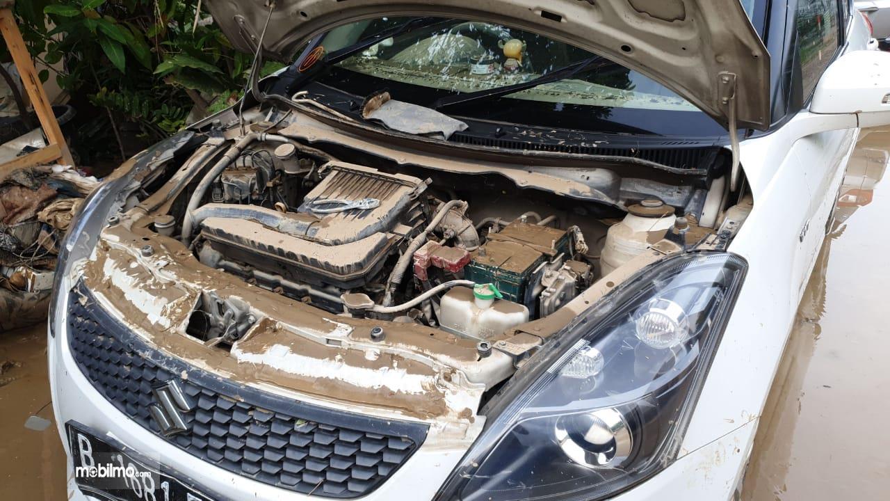Foto menunjukkan kondisi mesin mobil yang kotor usai kebanjiran